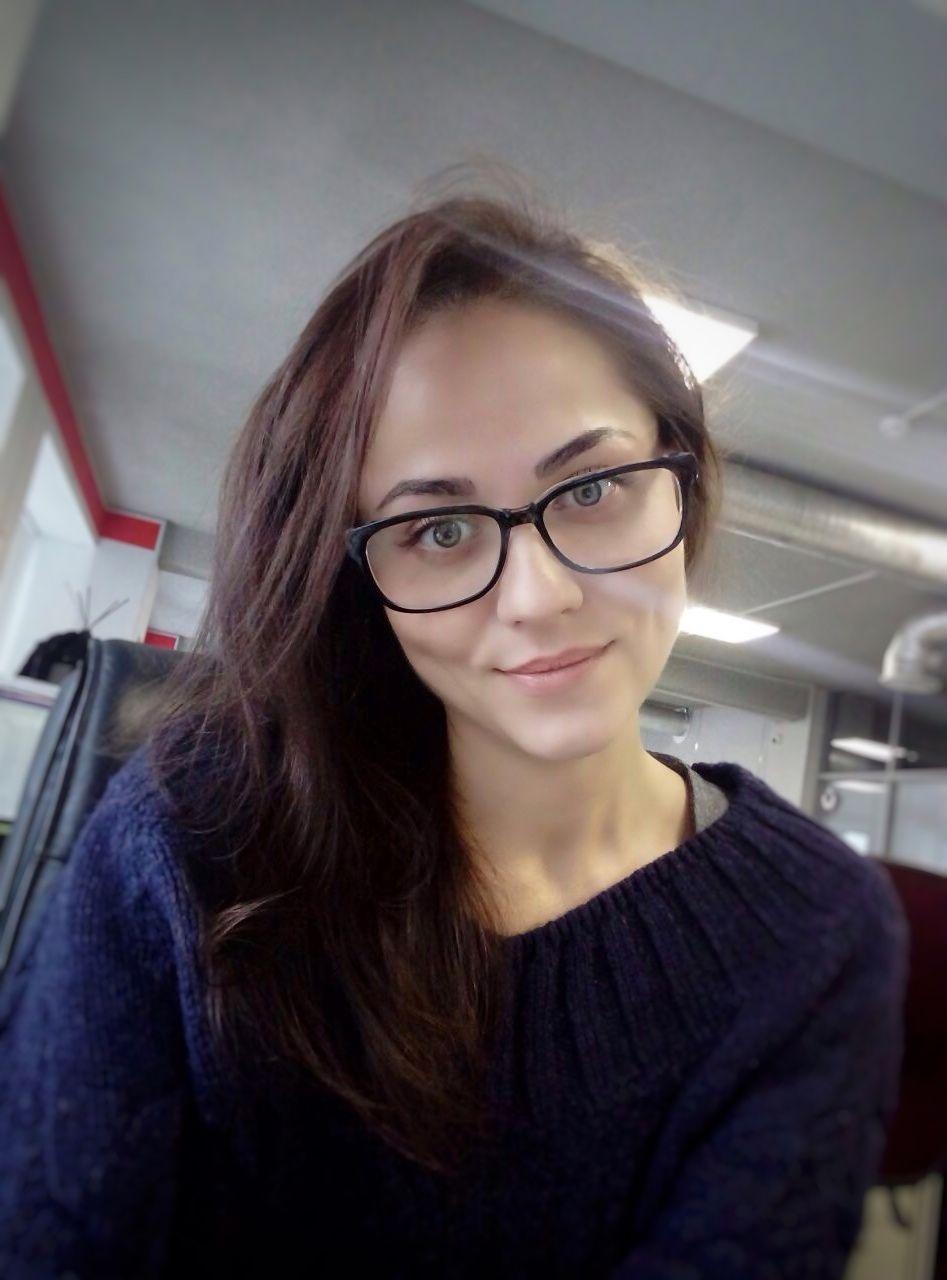 Управляющая нашего кафе Юлия улыбается